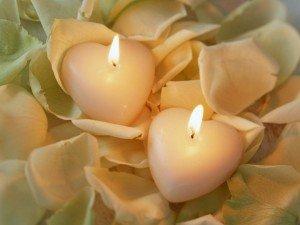 2-bougies-coeur-petales-roses-300x225