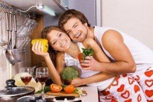 La femme wonder woman dans Vie quotidienne couple-magnifique-dans-leur-cuisine-300x200