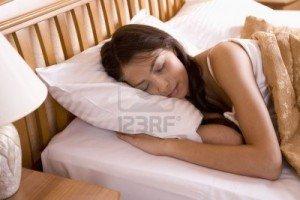 femme-dort-paisiblement-dans-son-lit3-300x200 dans Vie quotidienne