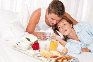 Ce qu'une femme attend d'un homme (Part 1) dans Commune histoire couplehomme-et-une-femme-qui-petit-dejeuner-au-lit-hotel-de-luxe-en-meme4-300x200